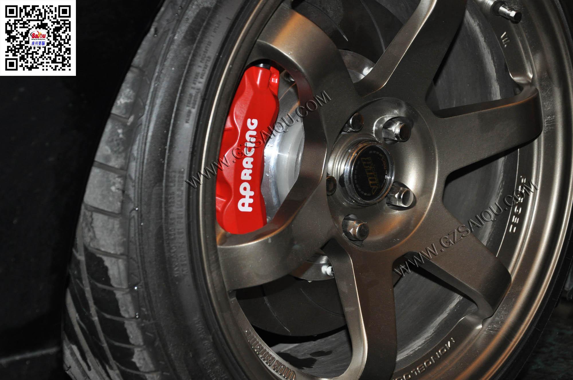 炫装版的18寸熏黑轮毂配合红色ap9040刹车卡钳套装,进一步展现了锐志